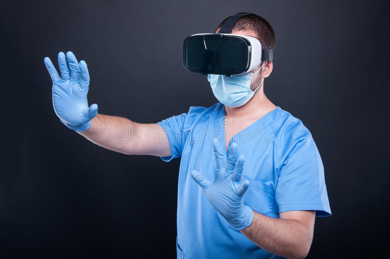 使用虚拟现实玻璃,外科医生佩带洗刷 免版税库存照片