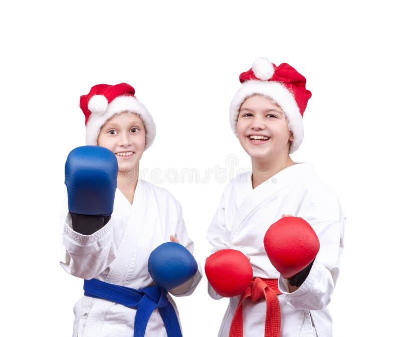 使用覆盖物在手上和在圣诞老人sportsmens盖帽在机架站立 免版税库存图片
