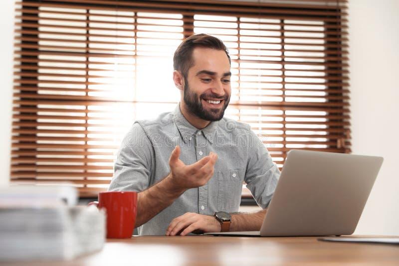 使用视频聊天的人在膝上型计算机 库存照片