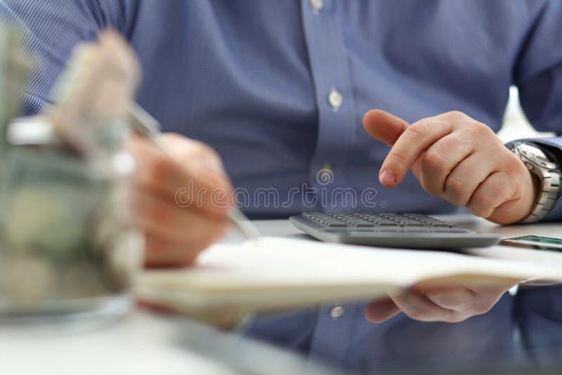 使用计数财政费用的计算器的男性手 免版税图库摄影