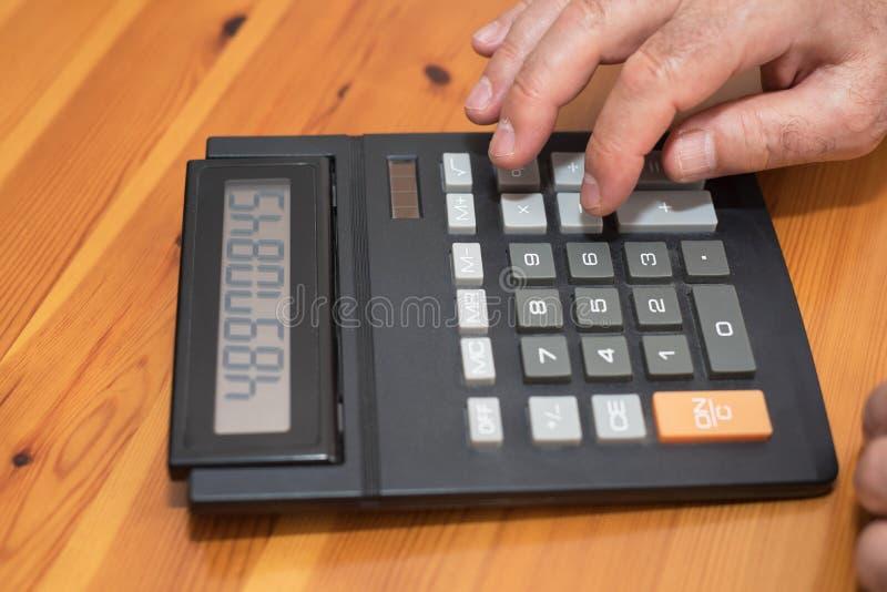 使用计算器的人,在家计算票据 库存图片