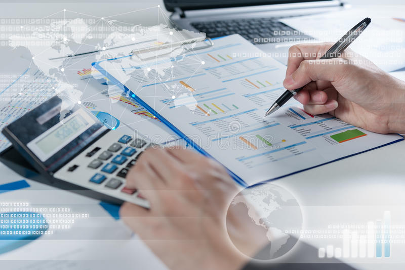 使用计算器,企业全球化的商人 库存图片