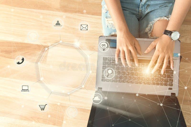 使用计算机付款网上购物和象古芝的青年人 免版税库存照片