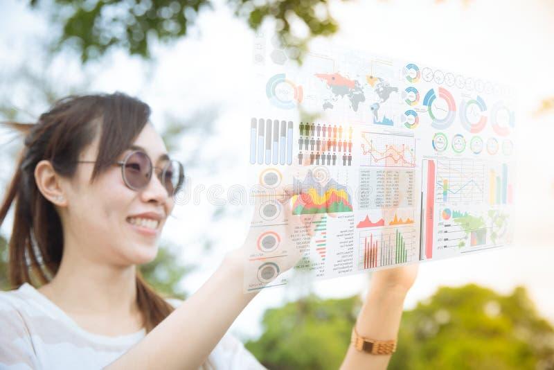 使用计算机全息图空气屏幕显示的先遣技术女孩 免版税库存图片