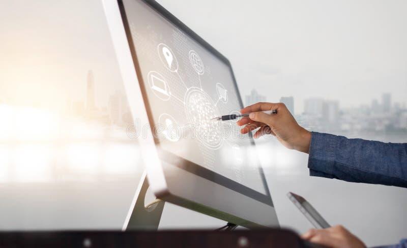 使用计算机和流动付款网上购物和象顾客网络连接在屏幕上的人在城市背景 免版税库存照片