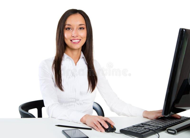 使用计算机的一个年轻女商人的画象在办公室 免版税库存图片