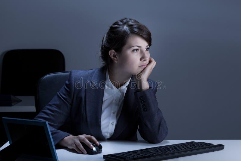 使用计算机的乏味女实业家 免版税库存照片