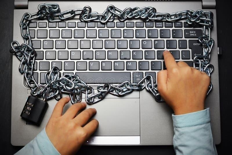 使用计算机的儿童或孩子手有家长监督概念的 库存图片