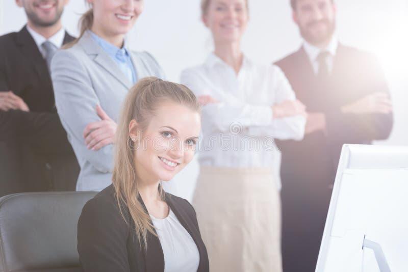 使用计算机的办公室工作者 免版税库存图片