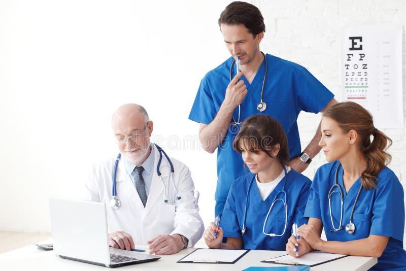使用计算机的医生队 库存照片