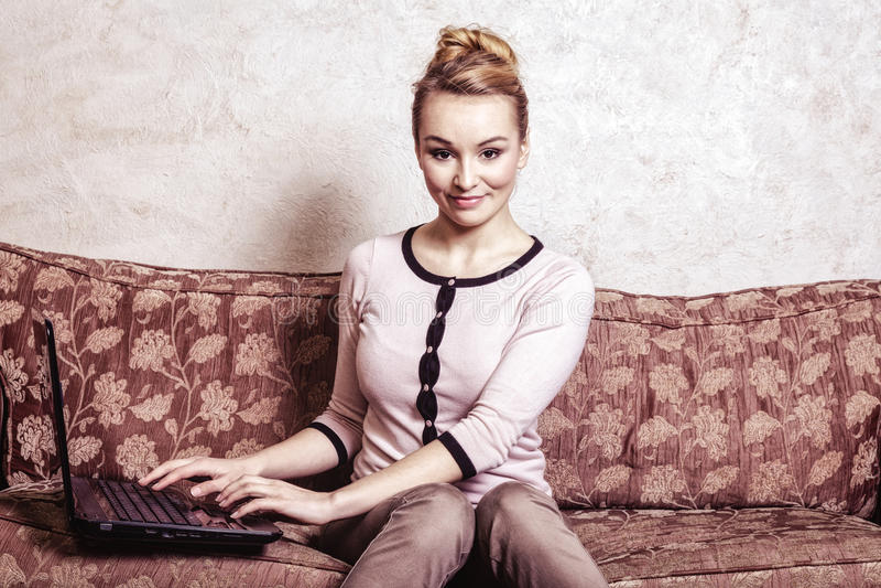 使用计算机的女商人。互联网家庭techn 库存照片