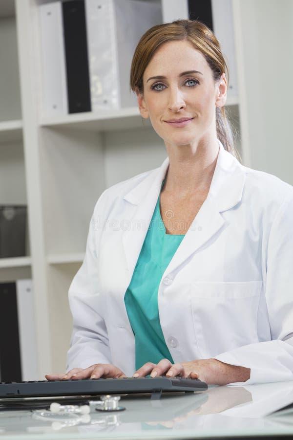 使用计算机的女性妇女住院医生 免版税图库摄影