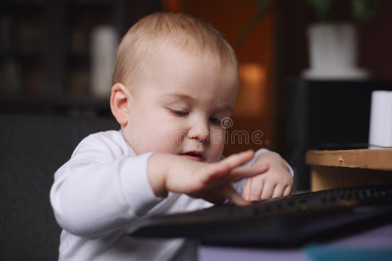 使用计算机的小男孩 图库摄影
