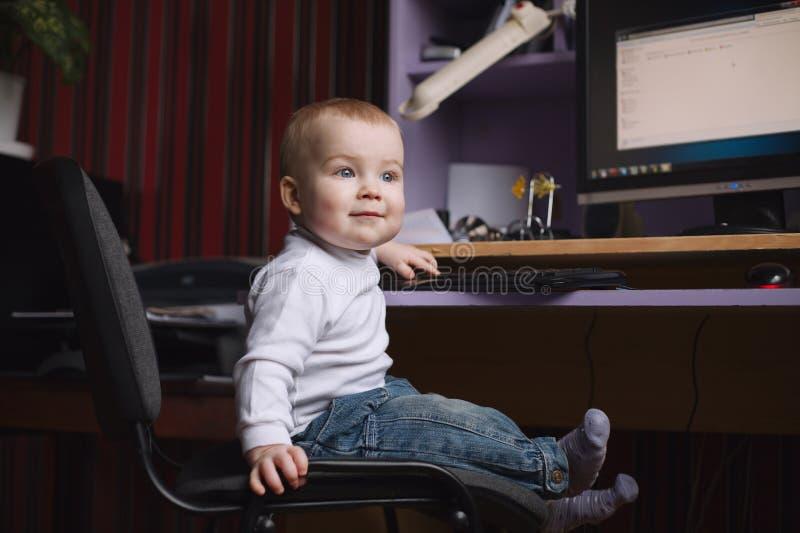 使用计算机的小男孩 免版税图库摄影