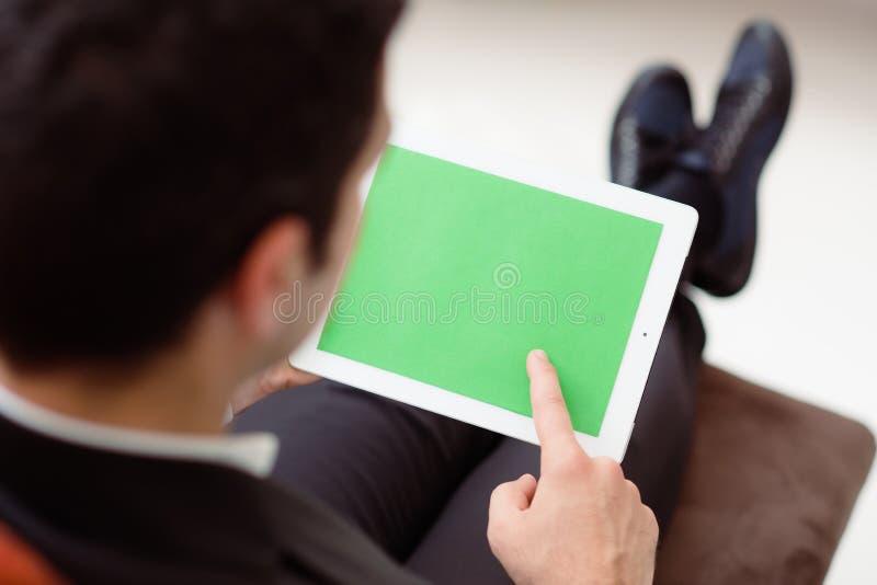 使用计算机的生意人与绿色屏幕 库存照片