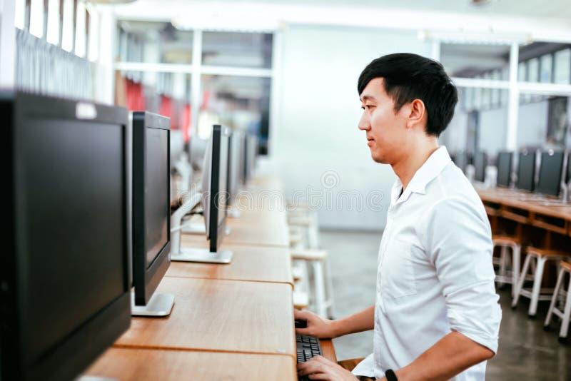 使用计算机的种族人在教室 库存图片
