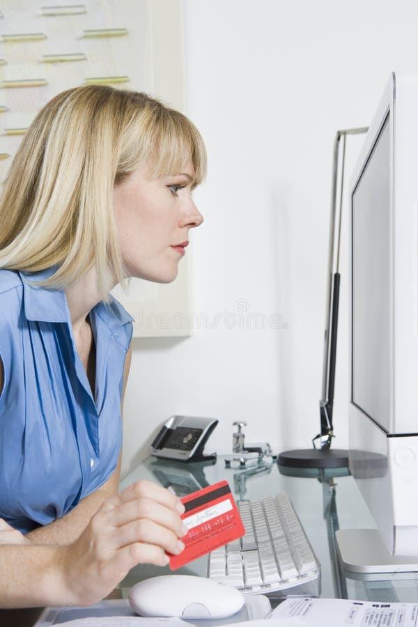 使用计算机的财政顾问 免版税图库摄影