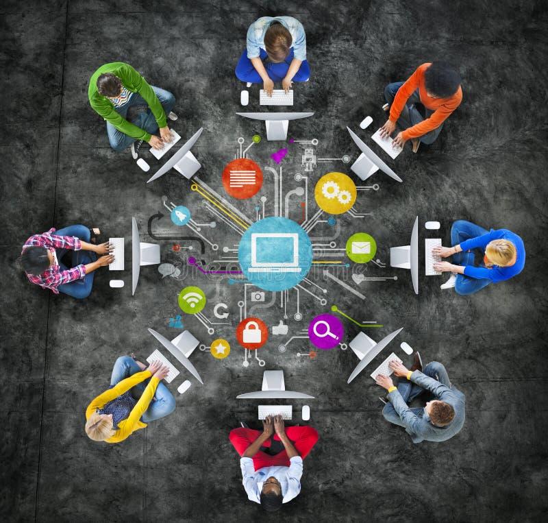 使用计算机社会网络概念的人们 库存例证