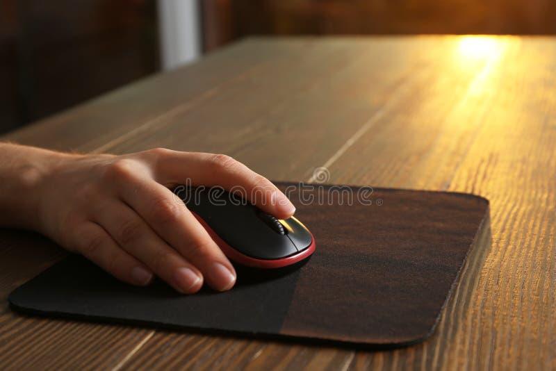 使用计算机老鼠的妇女在桌,特写镜头 免版税库存图片