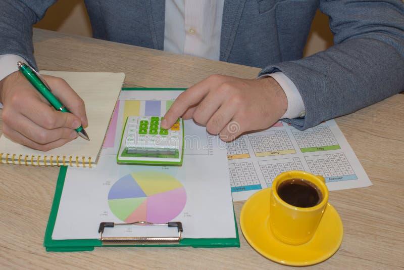 使用计算的计算器的商人数字 商人计算财务和考虑问题 库存照片