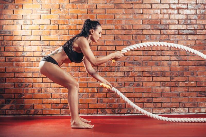 使用训练的可爱的年轻和运动女孩 免版税图库摄影