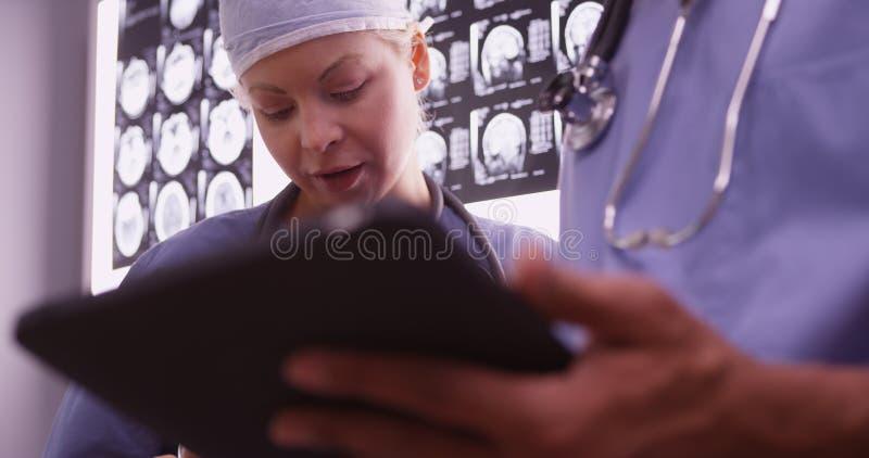 使用设备的医生在办公室 免版税库存照片