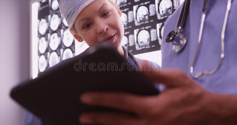 使用设备的医生在办公室 库存照片