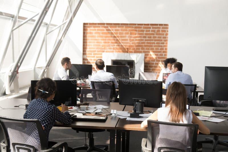 使用运转在现代大露天场所的计算机的办公室工作者 免版税图库摄影