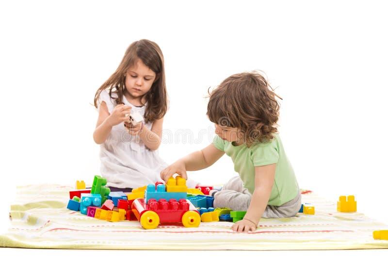 使用逗人喜爱的孩子在家 库存图片
