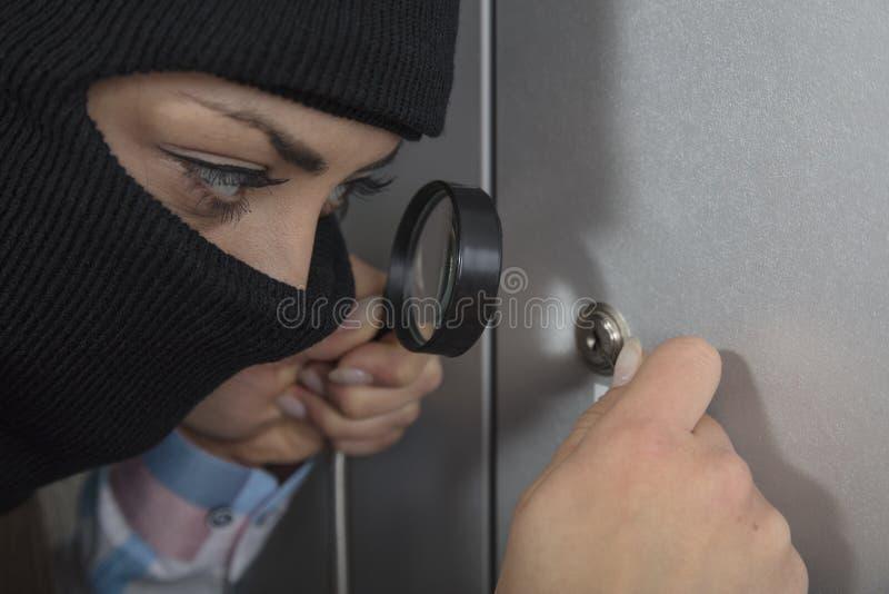 使用锁,窃贼设法打开锁 图库摄影
