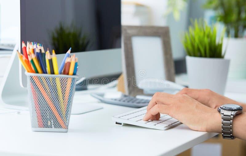 使用键盘的商人 关闭键入在键盘的男性手 博客作者,新新闻工作者的文字 免版税库存照片