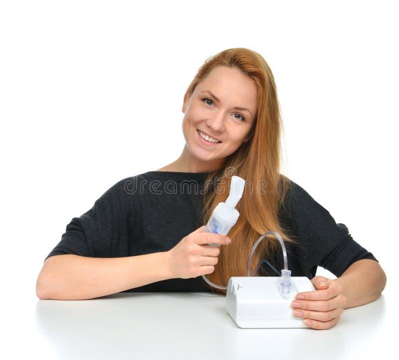 使用雾化器的少妇为呼吸吸入器哮喘款待 免版税库存图片