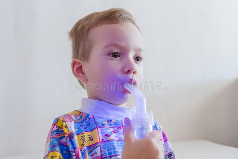 使用雾化器的男孩治疗吸入 库存照片
