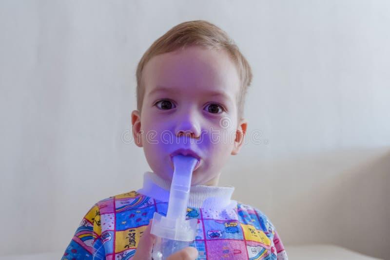使用雾化器的男孩治疗吸入 库存图片