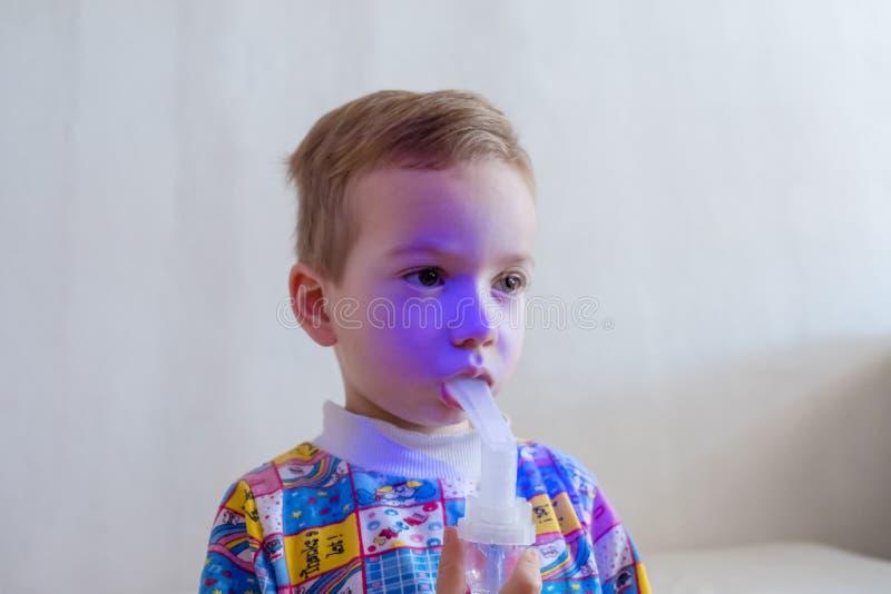使用雾化器的男孩治疗吸入 免版税库存照片
