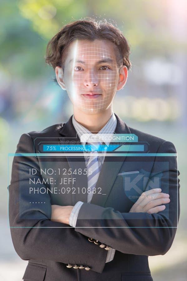 使用面貌识别的商人 免版税库存照片