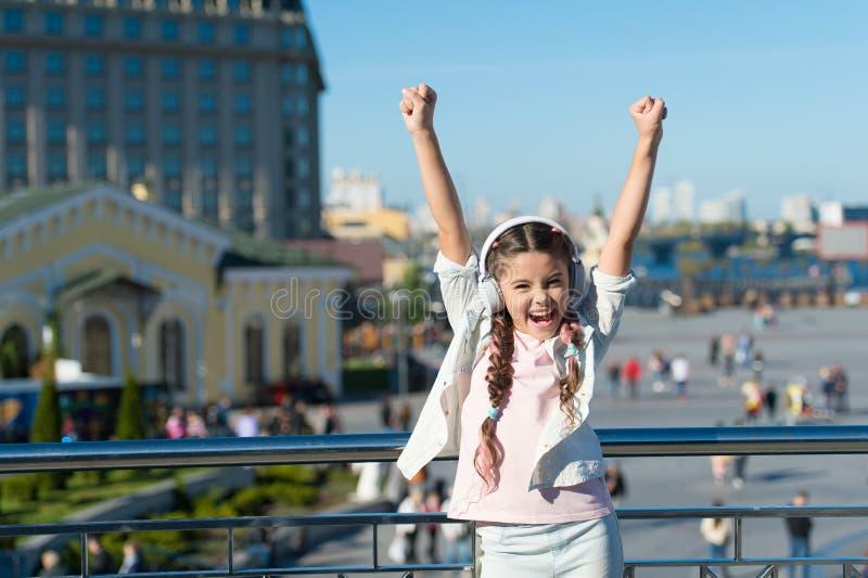 使用音频指南应用,女孩小旅游孩子探索城市 自由样式旅行 令人激动的旅途通过 库存照片