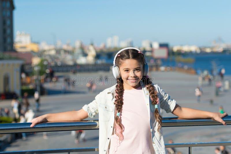 使用音频指南应用,女孩小旅游孩子探索城市 自由样式旅行 令人激动的旅途通过 免版税图库摄影