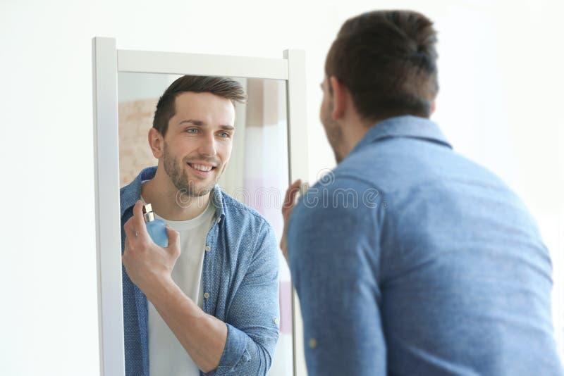 使用香水的英俊的人 库存照片