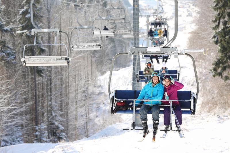 使用驾空滑车的人们在山滑雪场 冬天 免版税库存照片