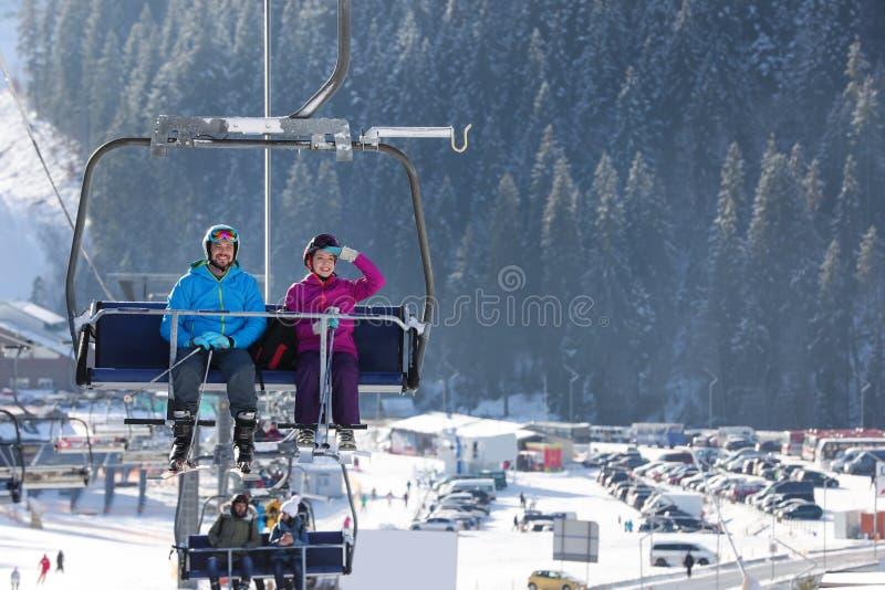 使用驾空滑车的人们在山滑雪场 冬天 免版税库存图片