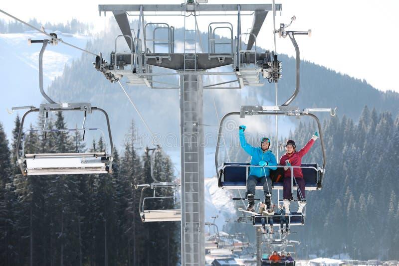 使用驾空滑车的人们在山滑雪场 冬天 库存图片