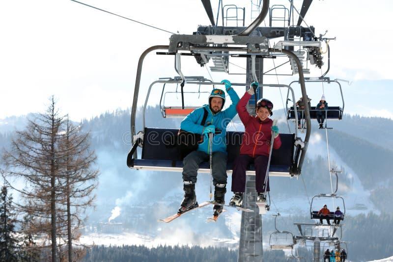 使用驾空滑车的人们在山滑雪场 免版税库存图片