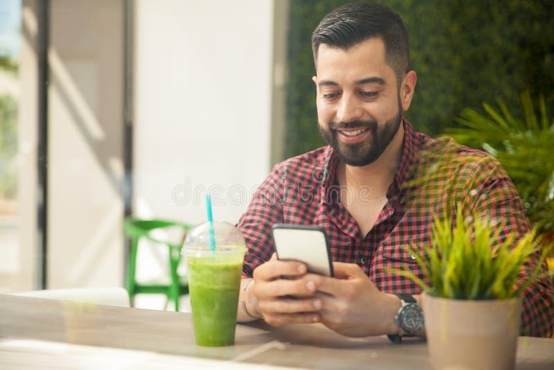 使用年轻人的人smartphone 免版税库存图片