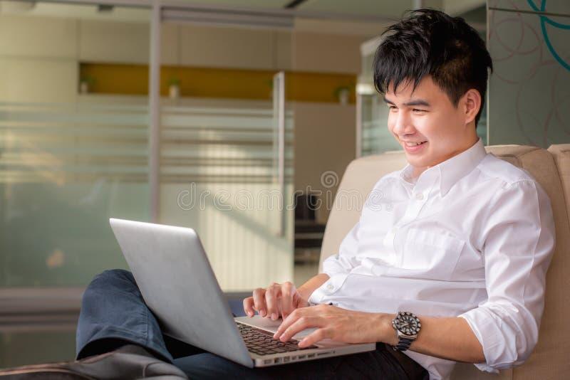 使用年轻人的生意人膝上型计算机 库存图片