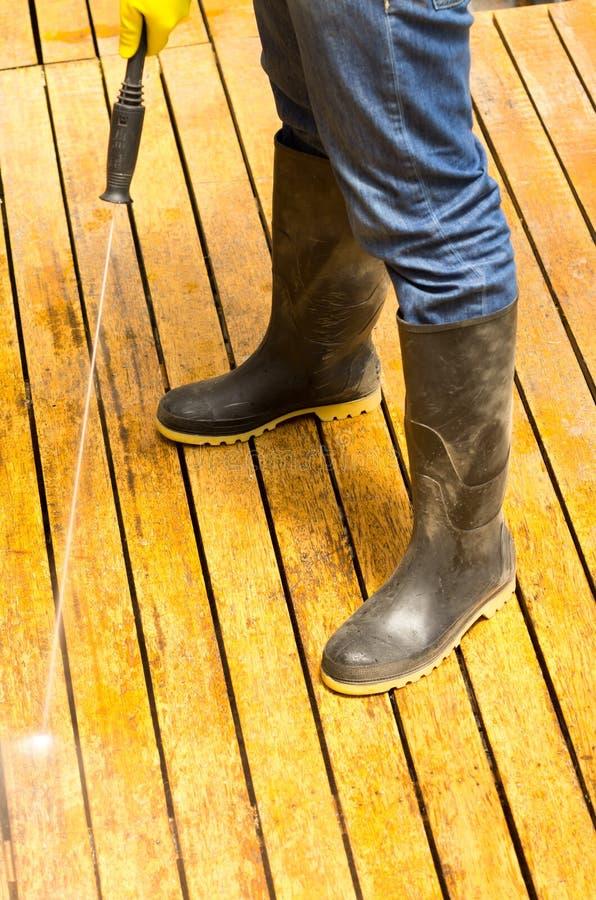 使用水位高压力,供以人员佩带的胶靴 库存照片