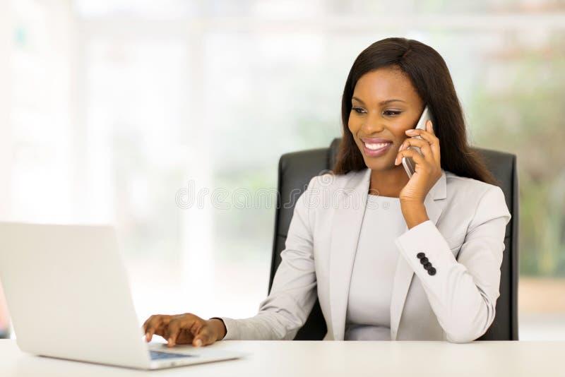 使用移动电话的女实业家 免版税库存图片