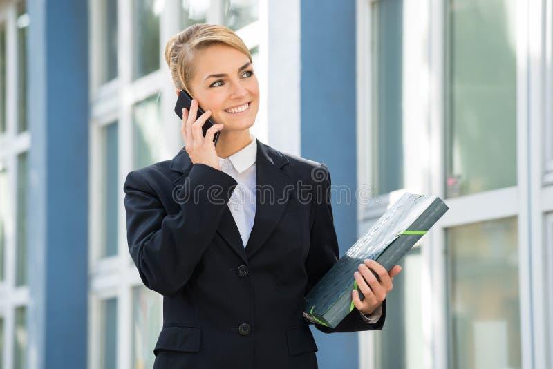 使用移动电话的女实业家 免版税库存照片