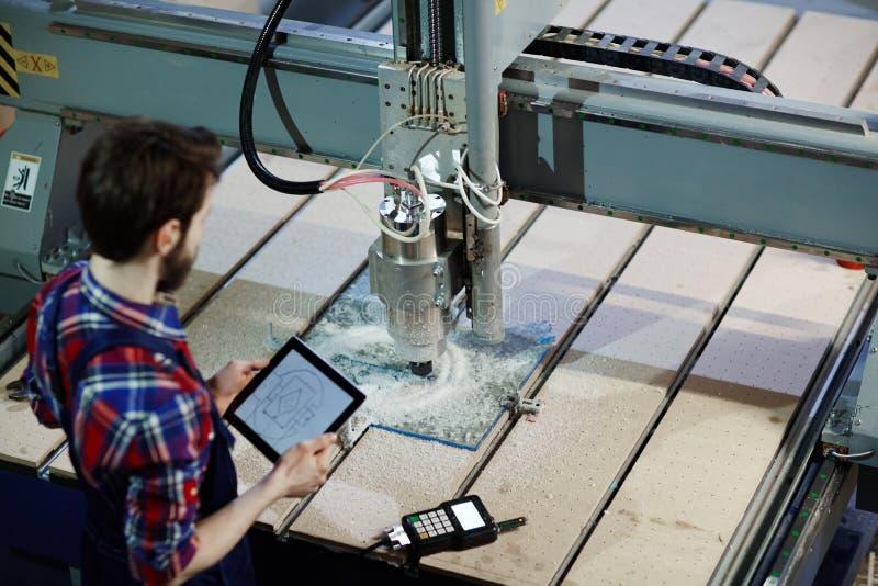 使用玻璃刀的机器操作员在商店 库存照片