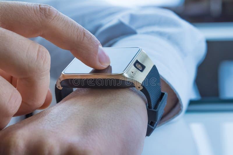 使用他的在每日光的商人smartwatch app 库存图片
